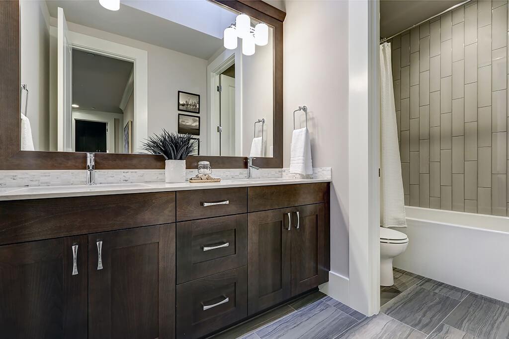 Dùng gương lớn: Không chỉ tạo cảm giác rộng hơn, một chiếc gương lớn kín tường còn có tác dụng cho phép hai người sử dụng cùng lúc.