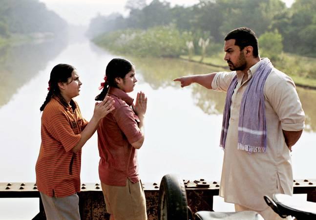 Ông bố Mahavir huấn luyện nghiêm khắc và có phần tàn bạo với hai con gái, trong phim Dangal.