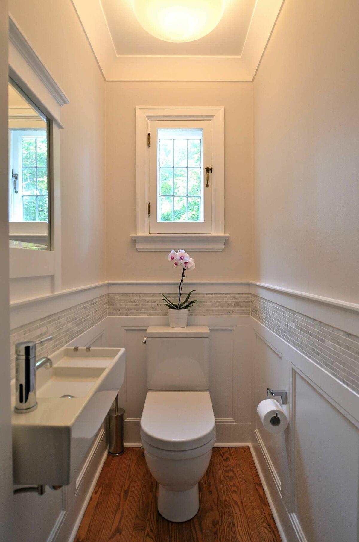 Lắp bồn rửa máng: Kiểu dáng hẹp và sạch sẽ của bồn rửa dạng máng là một giải pháp hữu hiệu cho các không gian nhỏ, hẹp. Bồn này có cấu tạo nông, gắn được trên tường giúp giải phóng không gian sàn để lưu trữ đồ hoặc mở rộng lối đi.