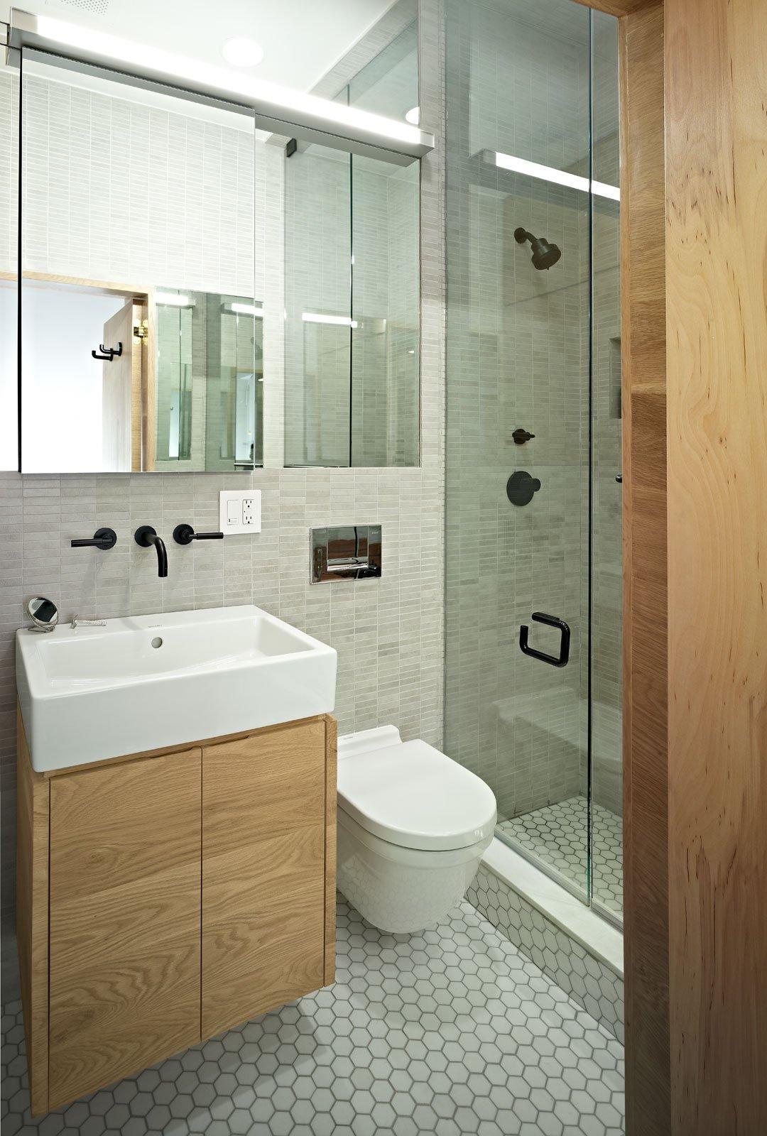 Sử dụng tủ vanity treo: Bên cạnh việc giúp tạo cảm giác rộng rãi hơn, tủ vanity treo còn giúp chủ nhà lưu trữ một số vật dụng nhỏ cẩn thiết trong phòng tắm.