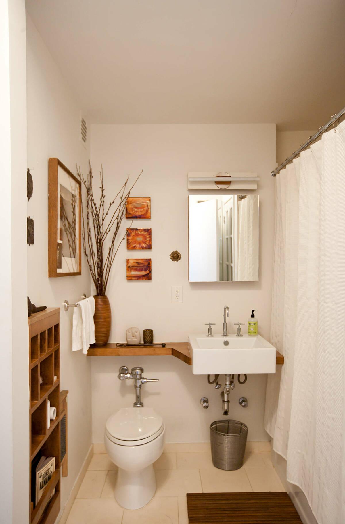 Lắp đặt giá trên bồn vệ sinh: Chiếc giá theo phong cách banjo như thế này có thể sử dụng chất liệu gỗ hoặc đá phiến. Vật dụng này có thể giúp chủ nhà có thêm không gian để đặt một số đồ dùng cần thiết mà không tốn diện tích sàn phòng.