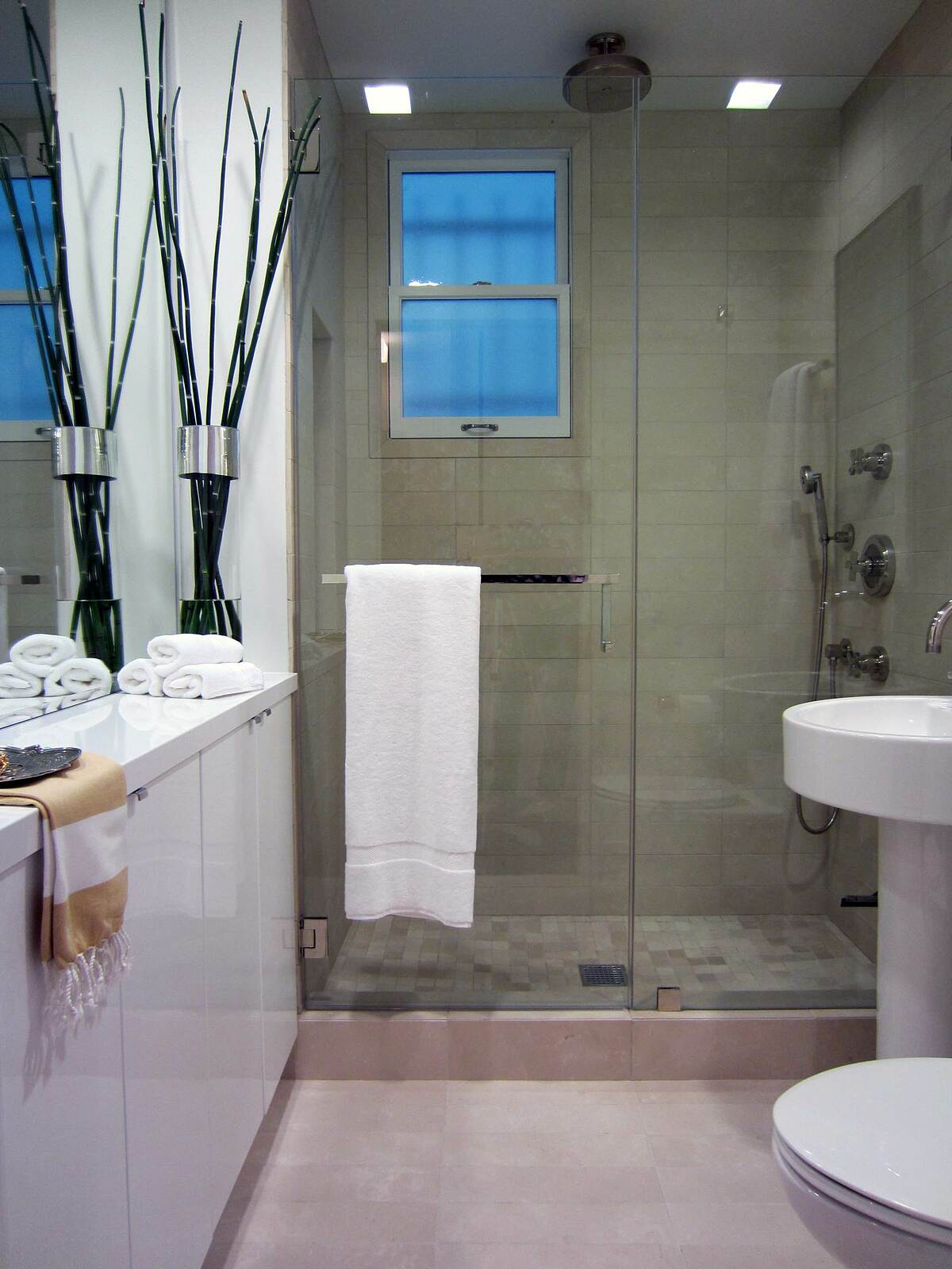 Gắn thanh treo khăn trên cửa: Trong không gian nhỏ hẹp, chủ nhà có thể tận dụng cửa buồng tắm để gắn thêm thanh treo khăn. Điều này vừa tiết kiện diện tích trữ đồ vừa giúp việc sử dụng khăn tiện hơn.