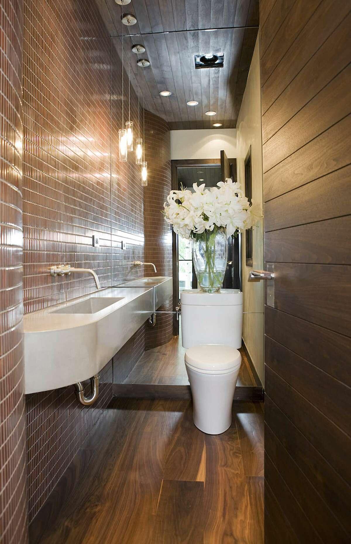 Sử dụng vòi gắn tường: Với loại vòng này, chủ nhà có thể sử dụng bồn rửa nhỏ, hẹp hơn, từ đó, giúp không gian phòng tắm rộng rãi hơn.
