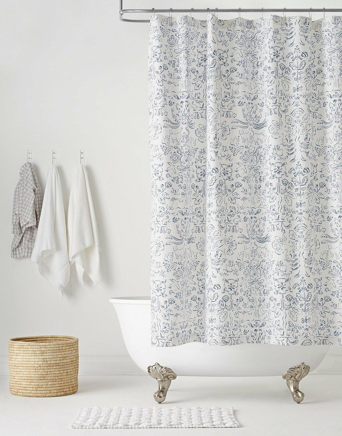 Sử dụng rèm tắm: Rèm tắm dạng lùa sẽ tiết kiệm không gian hơn loại cửa mở ra ngoài thông thường. Đồng thời, cách này có thể ngăn khu vực tắm và vệ sinh, tạo cảm giác riêng tư hơn cho người dùng.