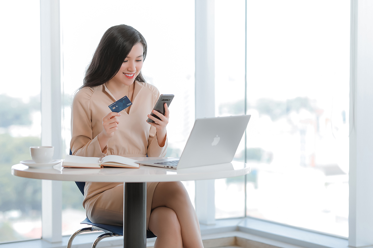 Shinhan mang đến khách hàng nền tảng ngân hàng số tiện lợi và bảo mật. Ngân hàng nhận nhiều giải thưởng do tổ chức thẻ quốc tế Visa trao tặng; là Ngân hàng bán lẻ nước ngoài tốt nhất Việt Nam 2020 của International Business Magazine; hai năm liên tiếp nhận giải Nơi làm việc tốt nhất châu Á do HR Asia - Tạp chí nhân sự hàng đầu khu vực châu Á trao tặng.