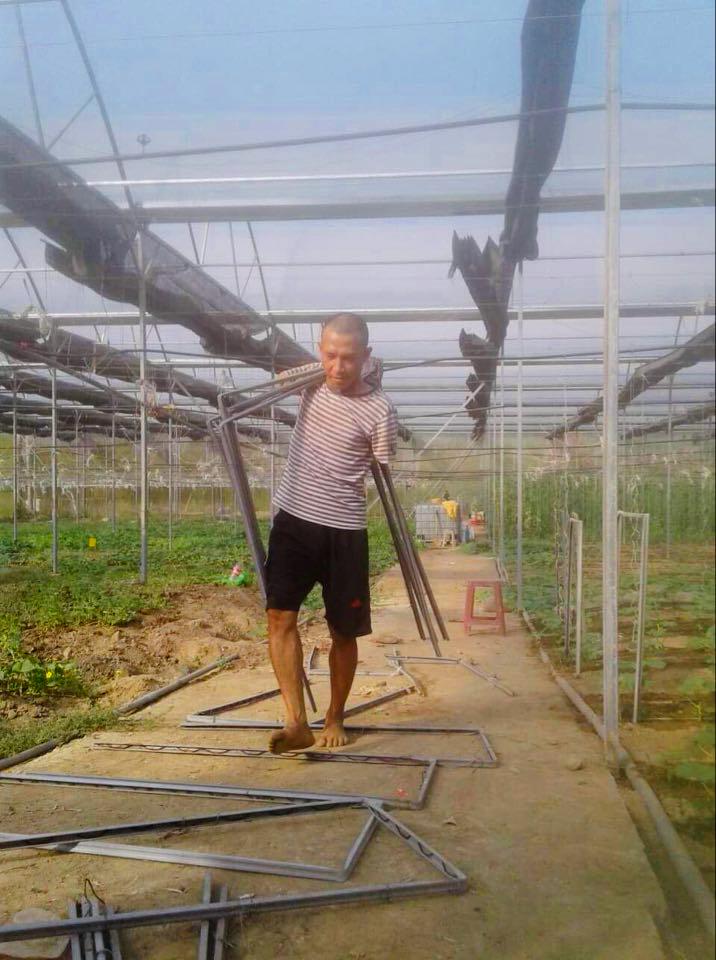 Anh Nguyễn Thế Cường dù không có tay nhưng vẫn tự làm mọi việc trong nông trại của mình. Ảnh: Nhân vật cung cấp.