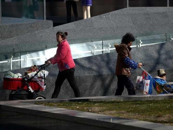 Khi chính sách một con được nới lỏng, nhiều cặp vợ chồng Trung Quốc đã quyết định sinh thêm con dù tuổi không còn trẻ và kinh tế khó khăn. Ảnh minh họa: AFP.