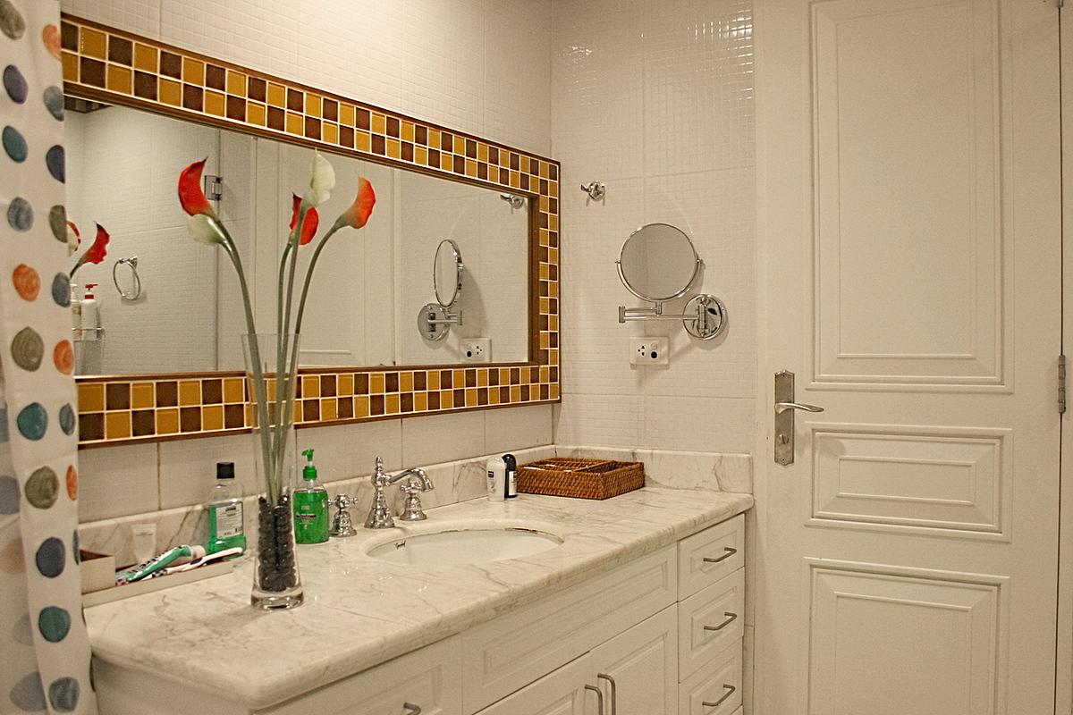 Phòng vệ sinh ốp gạch ceramic xung quanh gương. Ảnh: Hà Thành.