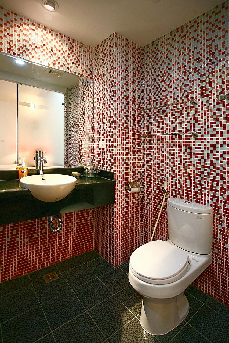 Một mẫu nhà tắm dùng gạch mosaic thủy tinh. Ảnh: Hà Thành.