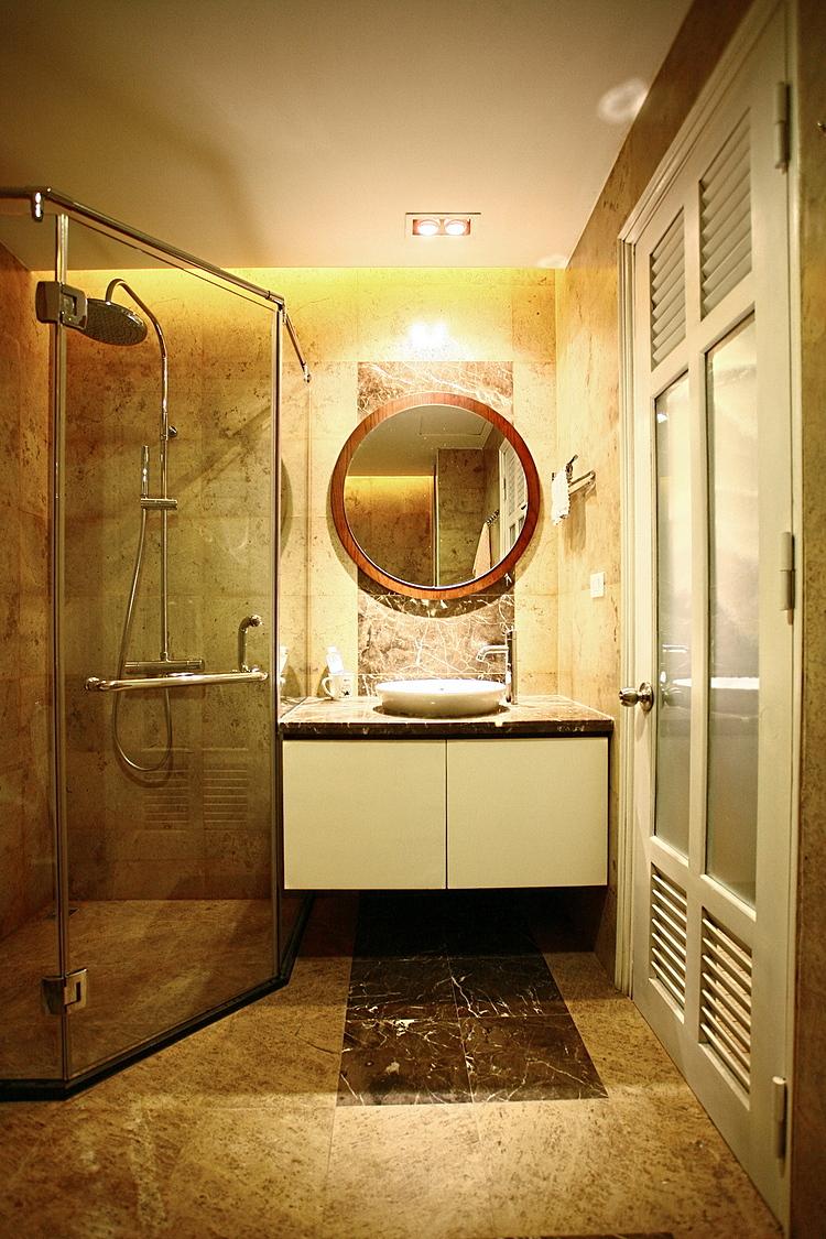 Phòng vệ sinh ốp lát đá tự nhiên, mảng tối là điểm nhấn cho tường và sàn. Ảnh: Hà Thành.