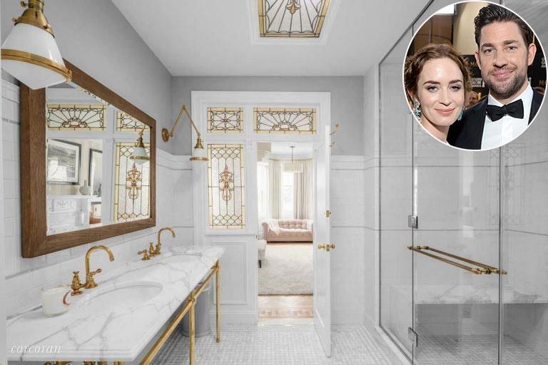 Emily Blunt và John Krasinski   Phòng tắm chính của ngôi nhà ở Brooklyn của Emily và John có tông màu trắng có góc tắm vòi sen mở, nhà vệ sinh cùng bàn trang điểm đôi với mặt bàn bằng đá cẩm thạch và vòi vàng.