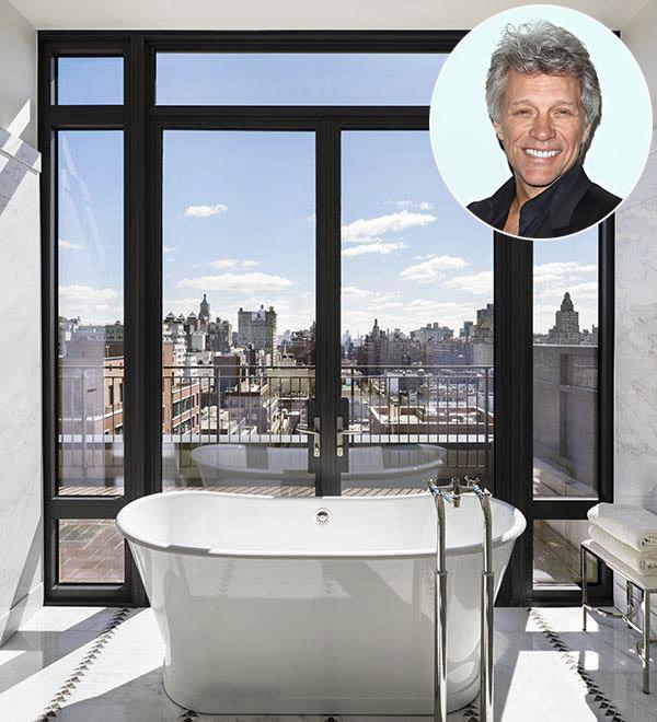 Jon Bon Jovi  Master suite là một trong những điểm nổi bật của ngôi nhà ở New York của Jon Bon Jovi, với cửa sổ kính suốt từ trần đến sàn. Phòng tắm chính lát đá cẩm thạch này có sàn lắp hệ thống sưởi,  tại đây có thể ngắm nhìn thành phố, bầu trời.