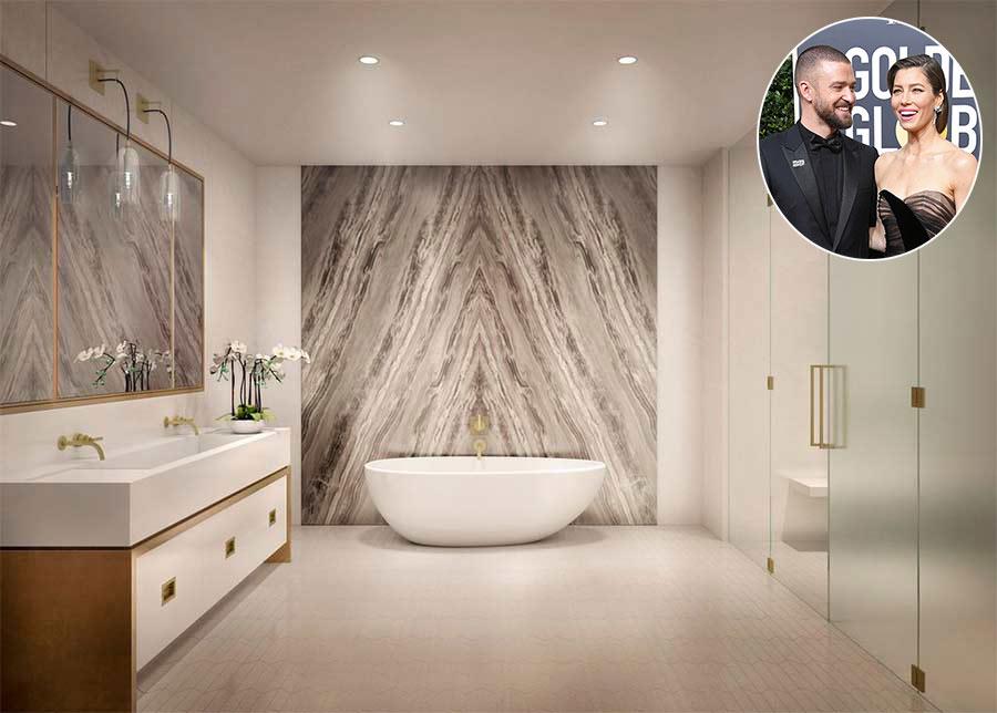 Justin Timberlake & Jessica BielĐây là một trong 6 phòng tắm trong căn hộ áp mái của cặp đôi ở New York. Không gian được thiết kế mở và được trang trí đẹp mắt, với khu vực bồn rửa đôi và bồn tắm lớn hình quả trứng.  Khu vực tắm và nhà vệ sinh được ngăn cách bằng cửa kính mờ, tường đá cẩm thạch và gạch lát màu trung tính mang phong cách trang nhã.