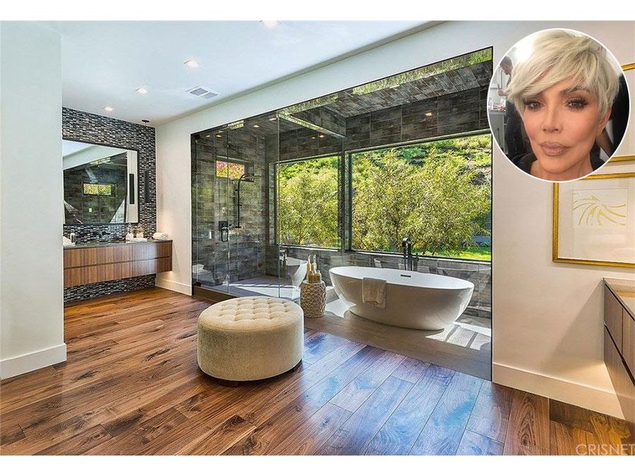 Kris Jenner  Kris Jenner đã mua một ngôi nhà ở khu vực Hidden Hills, Los Angeles. Phòng tắm là một nơi tuyệt vời để Kris say mê. Ngoài khu vực trang điểm với gương lớn, còn có góc tắm vòi hoa sen, bồn tắm có hướng nhìn ra vườn.