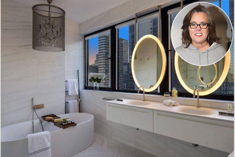 Rosie ODonnellCăn hộ áp mái ở New York của Rosie có ba phòng tắm nằm trong khuôn viên rộng 3.563 foot. Phòng này được trang bị bồn tắm màu trắng kiểu dáng đẹp và bàn trang điểm đôi, với gương lấy sáng được đặt trước cửa sổ và nhìn ra thành phố bên dưới. Cô ấy thậm chí còn có phòng xông hơi kiểu Thụy Điển được trang bị riêng ở nơi khác trong khuôn viên.Roseann ODonnell là một diễn viên hài, nhà sản xuất, nữ diễn viên, tác giả và nhân vật truyền hình người Mỹ. Cô bắt đầu sự nghiệp hài kịch khi còn là thiếu niên và nhận được bước đột phá của mình trên loạt phim truyền hình.