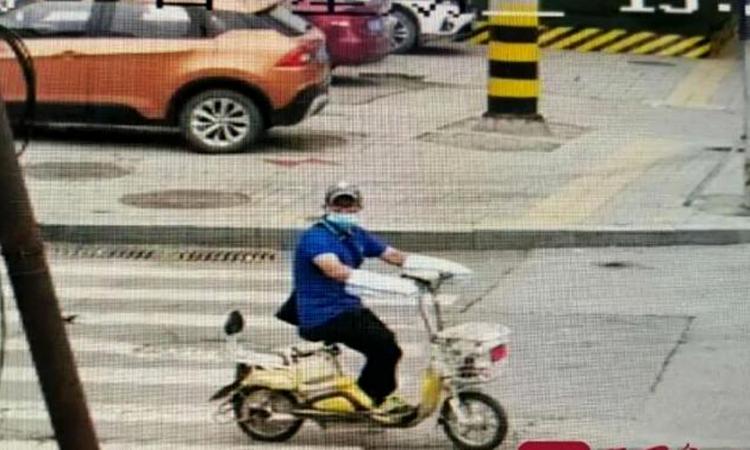 Hình ảnh Tống ăn trộm xe đạp điện được camera an ninh ghi lại. Ảnh: Qilu Evening News.
