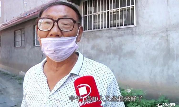 Lão Thiên trả lời phỏng vấn của báo đài Trung Quốc liên quan tới trường hợp chết đi sống lại của con trai mình. Ảnh: qq.