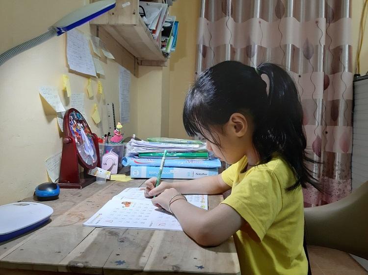 Các chuyên gia cho rằng, để con tự giác học bài tại nhà khi vào lớp Một, phụ huynh nên rèn cho trẻ thói quen ngồi vào bàn học mỗi tối từ mẫu giáo, không đợi nước đến chân mới nhảy. Ảnh: Phạm Nga.
