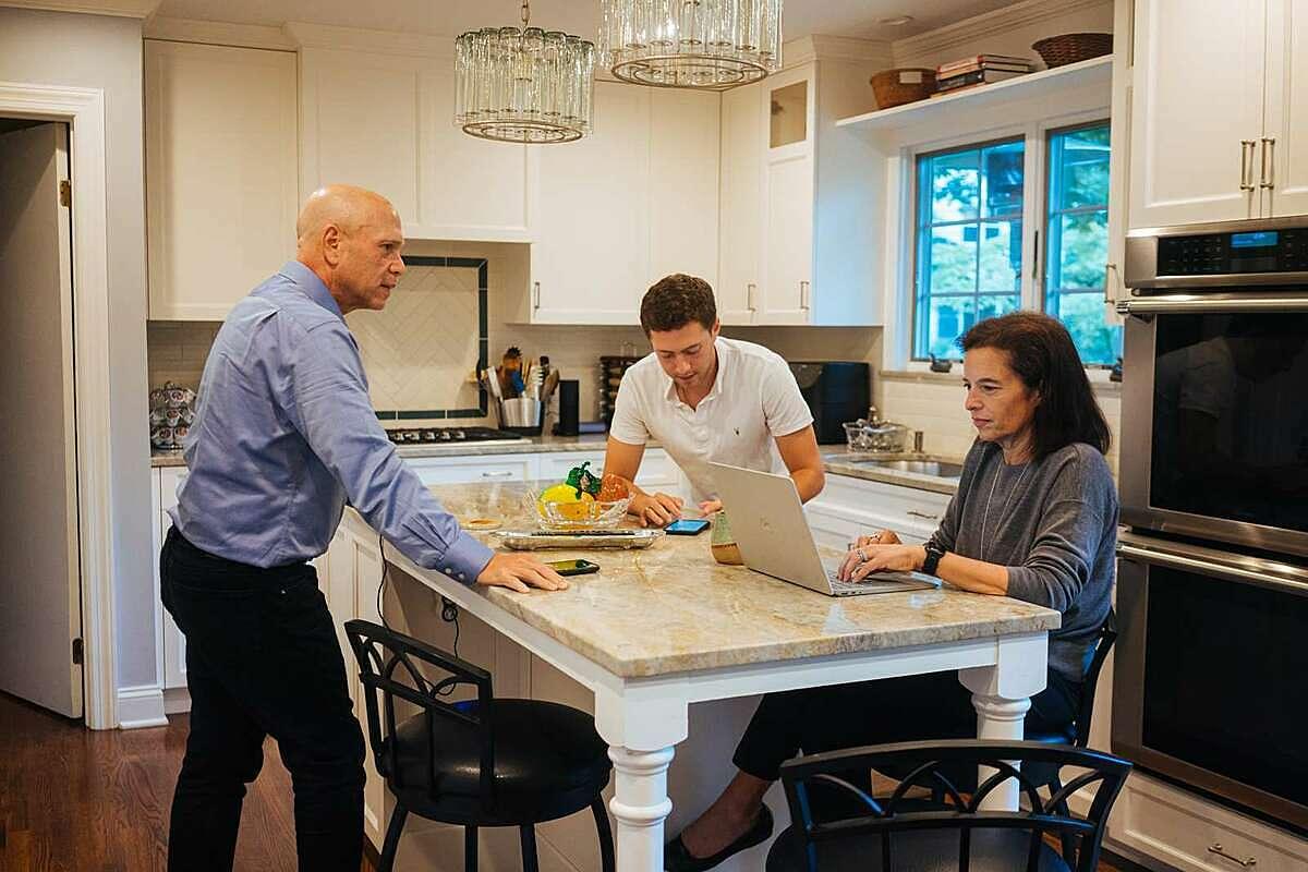 Lynn Pollack cùng chồng và con trai ở trong bếp của gia đình. Ảnh: Money.com