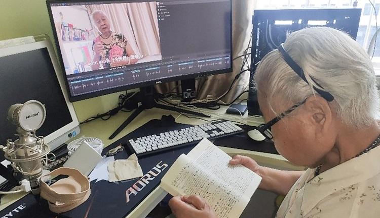 Jiang Minci, một kỹ sư đường sắt đã nghỉ hưu, kiểm tra từ điển trong khi chuẩn bị cho một video, được sản xuất với sự hỗ trợ của cháu trai bà. Handout.