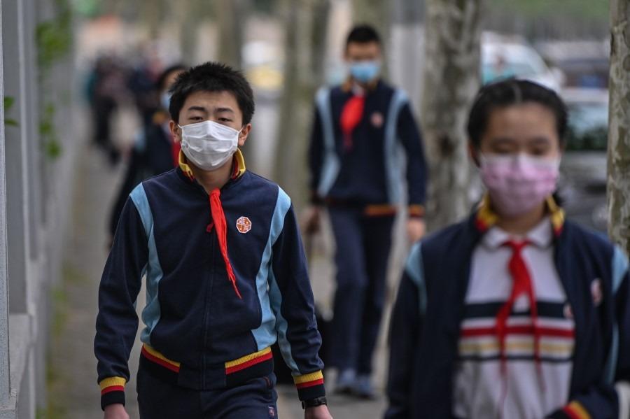 Học sinh Trung Quốc trở lại trường vào ngày 27/4, sau khi đóng cửa từ tháng Giêng vì Covid-19. Ảnh: AFP.