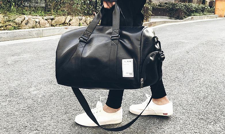 Túi xách Manzo TDL20 được làm từ chất liệu da PU chống nước, chống bụi. Kích thước 49 x 23 x 25 cm có thể để vừa vặn laptop 15.5 inch. Túi nhẹ, khối lượng chỉ 0.8kg, màu đen, kiểu dáng dễ phối với nhiều loại trang phục, phù hợp với nhiều hoàn cảnh như đi học, đi làm, đi chơi. Thiết kế unisex thích hợp cho cả nam lẫn nữ. Sản phẩm đang được bán với giá ưu đãi 33% là 210.000 đồng.