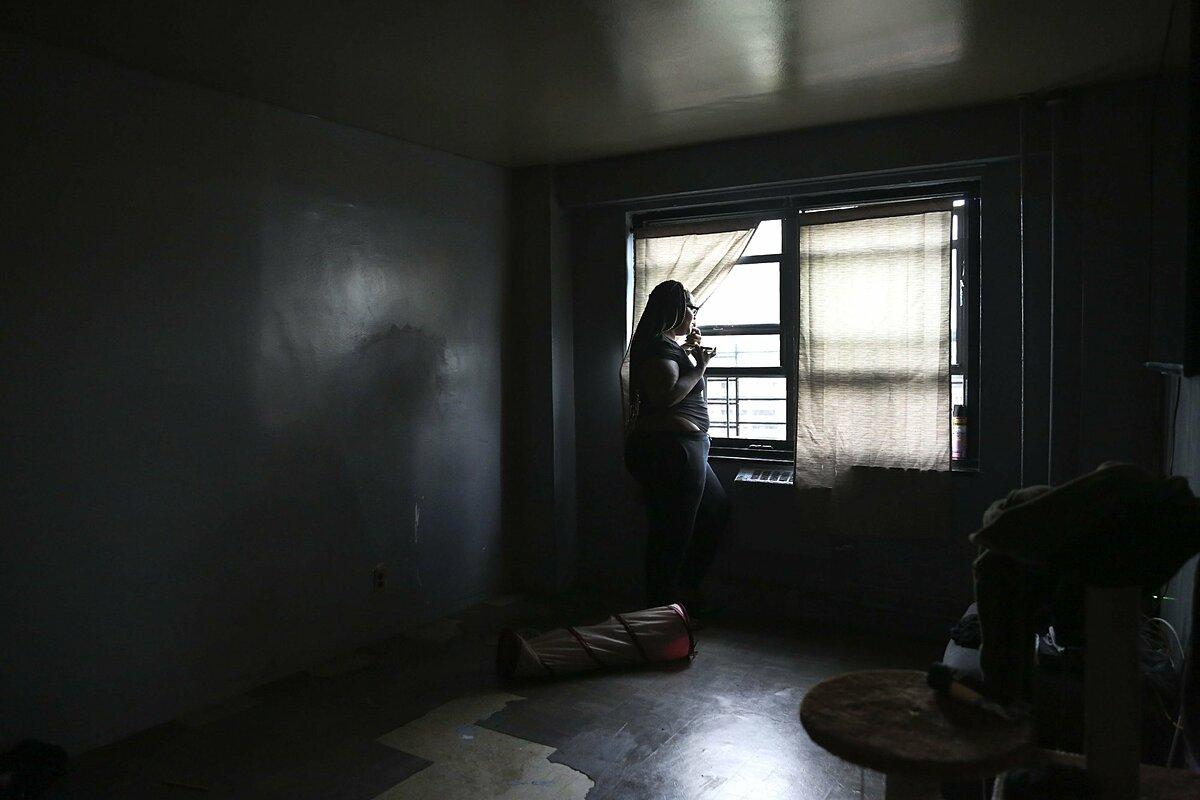 Sharawn Vinson đứng trong căn hộ ở tầng 16. Ảnh: Jessie Wardarski/AP.