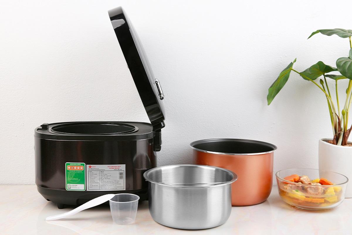 Nồi cơm Mishio MK194 có thiết kế sang trọng, vỏ nhựa PP đen tuyền sáng bóng, dễ chùi rửa. Thiết bị có thêm nhiều chức năng khác như nấu cơm thường, cơm tách đường, hầm thịt nấu chậm, nấu cháo, làm bánh... Chức năng hẹn giờ tiện ích, phù hợp với cuộc sống hiện đại. Cơ chế tách đường của thiết bị như sau: khi gạo được đun sôi, carbohydrate sẽ hòa tan. Đường trong gạo được cắt bằng cách xả nước đun sôi chứa đường hòa tan một lần. Nước dùng chia làm hai lần, nửa đun sôi, nửa hấp. Nước đun sôi với sacarit hòa tan được tự động xả ra và nước để hấp được tự động đỏ lại nấu cơm. Sản phẩm đang giảm 50%++, còn 1,299 triệu đồng (giá gốc 2,9 triệu đồng).