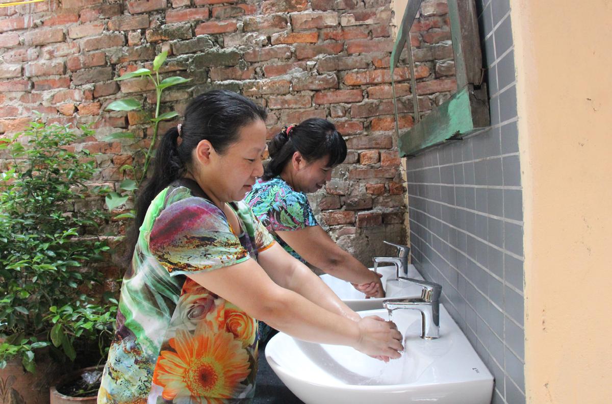 Người dân phấn khởi khi có phòng tắm, nhà vệ sinh mới.