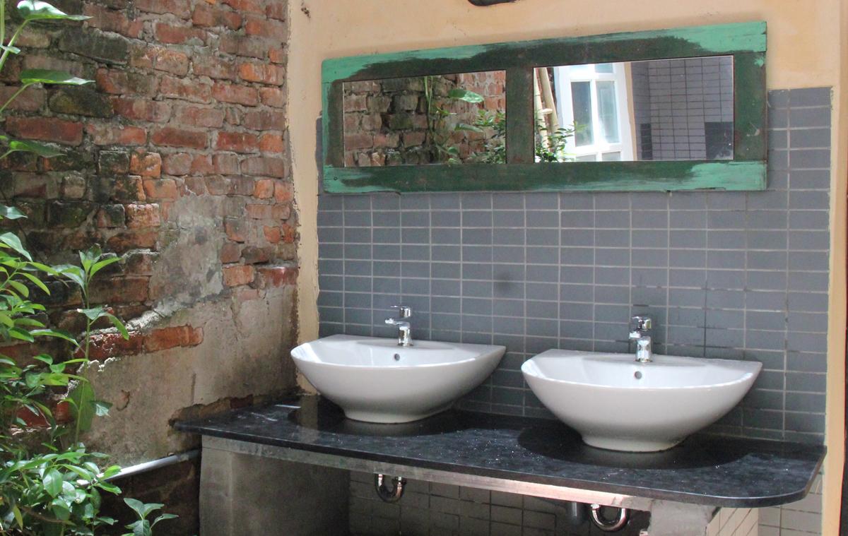 Để hai người có thể đánh răng, rửa mặt cùng lúc, các kiến trúc sư đặt chậu rửa đôi cho 8 gia đình ở số 28 Hàng Gà.