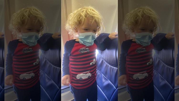 Con trai Jodi ngồi đứng trên ghế máy bay trước khi bị buộc phải rời khỏi đây vì cởi khẩu trang lúc ăn. Ảnh: Jodi.