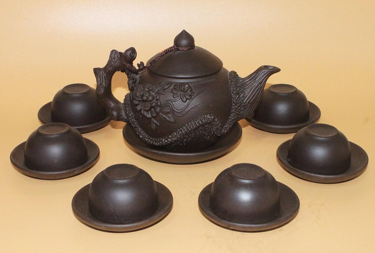 Bộ ấm trà Tử Sa Bát Tràng nổi bật với họa tiết hoa Phù Dung đắp nổi. Phần tay cầm được chạm khắc kỹ lưỡng, hoa văn bắt mắt. Chất liệu đất sét giúp giữ nhiệt lâu, giữ cho trà bên trong luôn nóng, tỏa nhiệt đều giúp lá trà nở đều hơn. Bộ sản phẩm có giá 399.000 đồng.