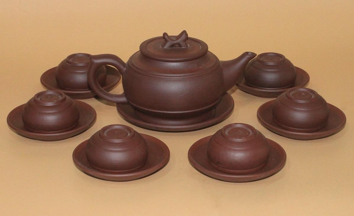 Bộ ấm trà Tử Sa Bát Tràng trống đai nâu có giá giảm 17% còn 410.000 đồng (giá gốc 492.000 đồng). Kiểu dáng đơn giản, được gia công tỉ mỉ, hợp với gia chủ thích phong cách cổ điển, xưa cũ.