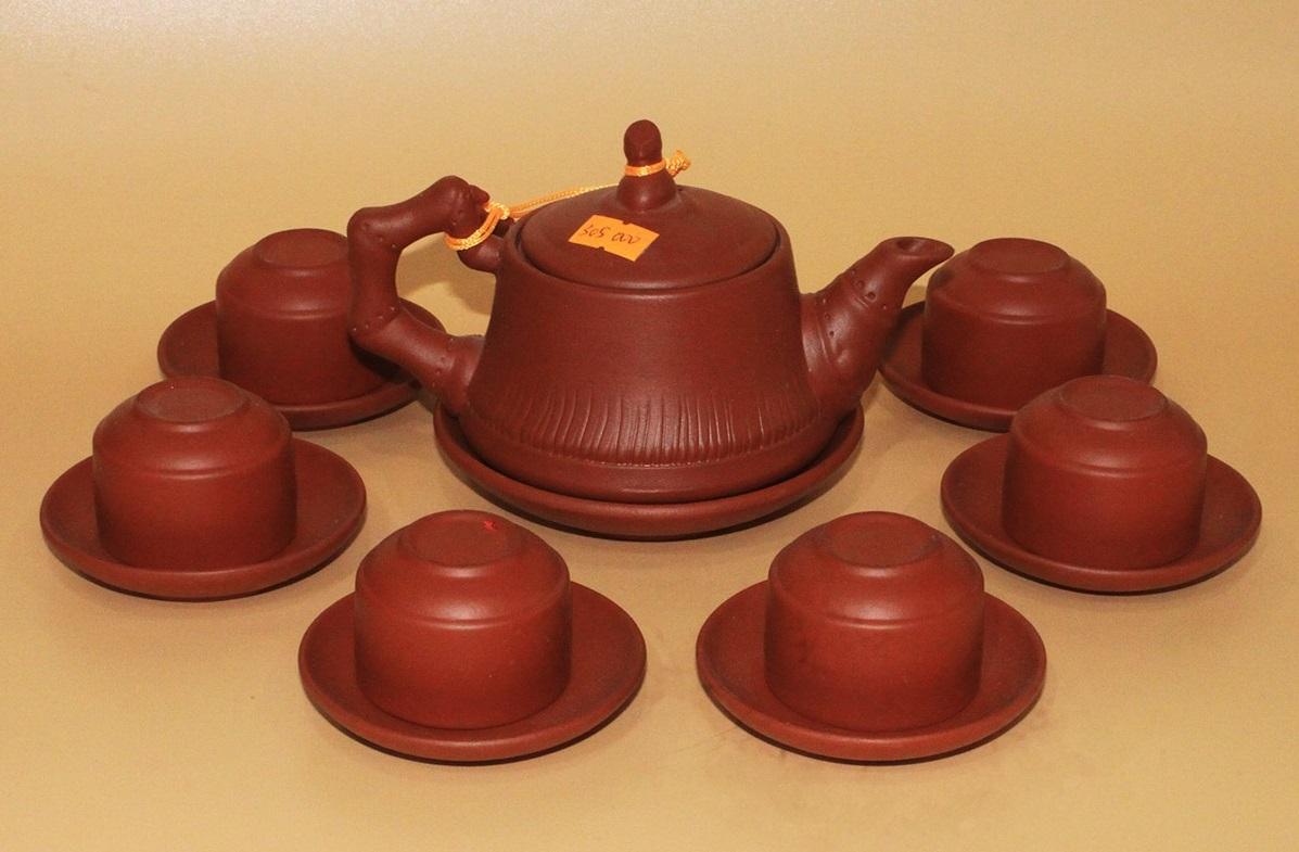 Bộ ấm trà Tử Sa Bát Tràng Trúc đỏ được chế tác theo đúng các công đoạn của người thợ gốm Bát Tràng. Chất liệu đất sét giúp giữ nhiệt lâu, tỏa nhiệt đều, đảm bảo việc ủ trà. Một bộ bao gồm ấm, chén, đĩa kê hoặc khay tròn. Bộ sản phẩm có giá 299.000 đồng, giảm 17% so với giá gốc.