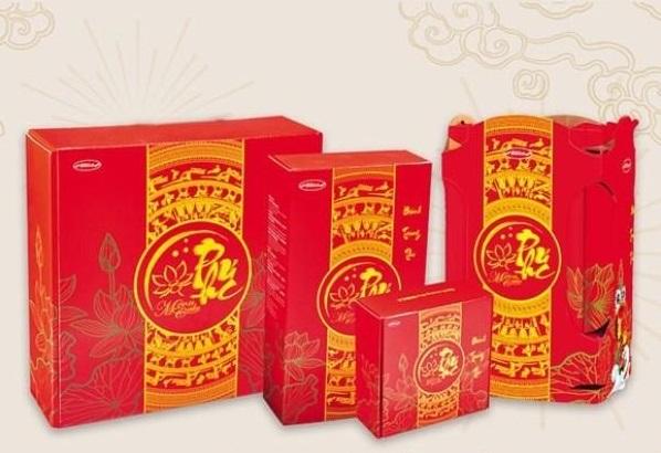 Hộp hai bánh trung thu Như Nguyệt Bibica có giá 135.000 đồng, giảm 10% so với giá gốc. Hộp gồm một bánh nướng nhân thập cẩm lạp xưởng hai trứng 200 gram và một bánh nướng đậu xanh không trứng 150 gram.