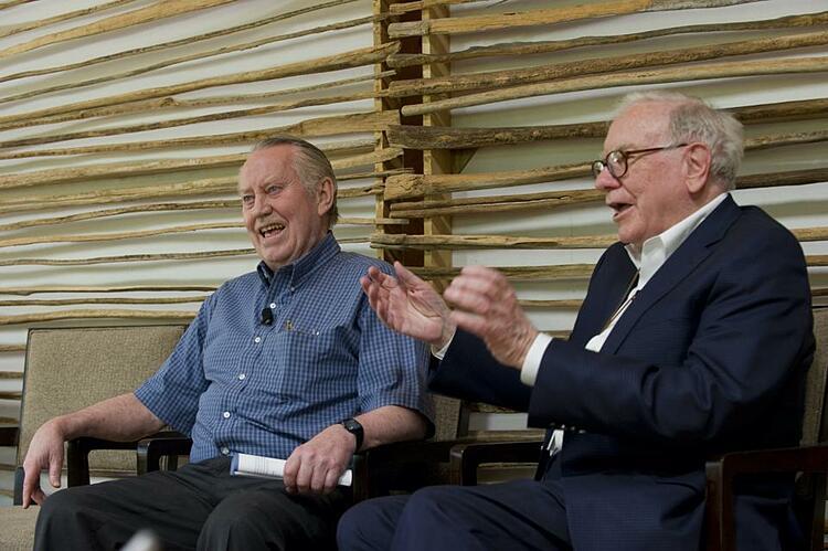 Warren Buffet (phải) coi Feeney (trái) là người hùng. Ảnh: Bill and Melinda Gates Foundation/Barbara Kinney.