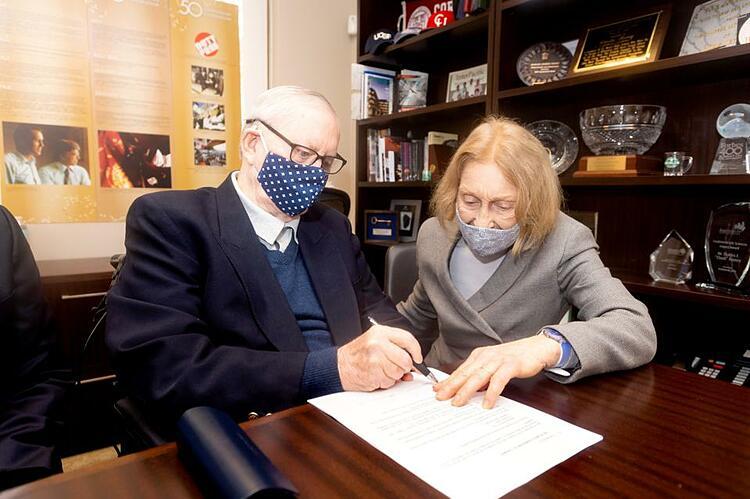 Ngày 14/9, Chuck Feeney cùng vợ là Helga Feeney ký giấy tờ kết thúc bốn thập niên làm từ thiện của Atlantic Philanthropies. Ảnh: Atlantic Philanthropies.