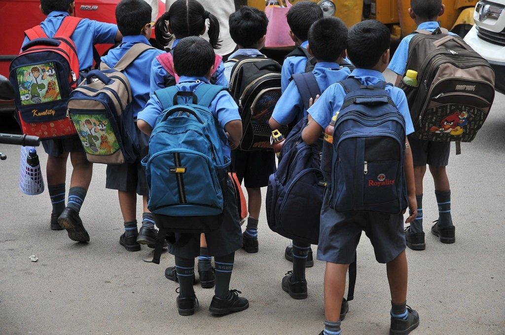 Trẻ em Ấn Độ cõng những chiếc cặp sách khá nặng đến trường. Ảnh: Telagana Today.