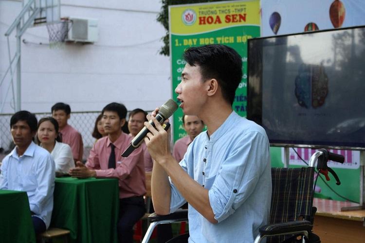 Thạc sĩ Đặng Hoàng An làm diễn giả tại buổi truyền động lực sống cho học sinh THCS và THPT Hoa Sen, TP HCM năm 2019. Ảnh: Nhân vật cung cấp.