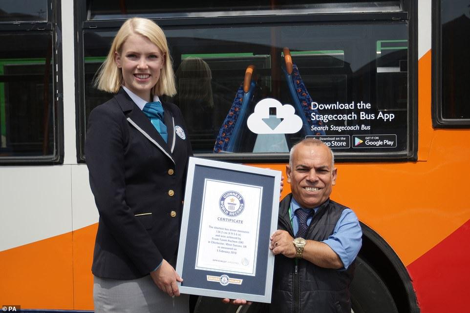Anh Frank nhận danh hiệu tài xế xe bus thấp nhất thế giới. Ảnh: Frank Hachem.
