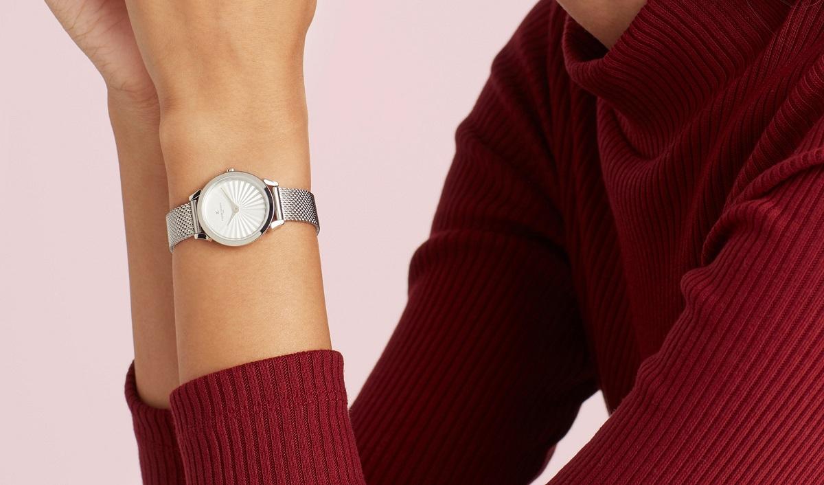 Đồng hồ nữ Pierre Cardin chính hãng CPI.2505 có đường kính mặt 27 mm. Mặt kính khoáng chống trầy, chịu lực. Thiết kế đơn giản, dễ phối với nhiều trang phục, hợp với mọi thời điểm. Sản phẩm có giá 1,8 triệu đồng, giảm đến 50% (giá gốc 3,6 triệu đồng).