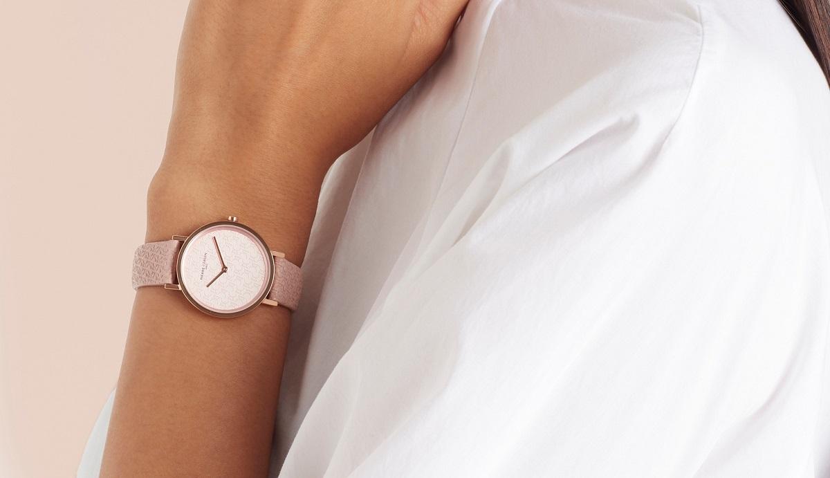 Có cùng mức giá 2,52 triệu đồng, đồng hồ nữ Pierre Cardin CBV.1506 mang phong cách khác biệt với tông màu hồng nữ tính từ dây đeo đến mặt số. Thiết kế hai kim đơn giản, không có số, đường kính mặt 31 mm kèm khả năng chống nước 3 ATM.