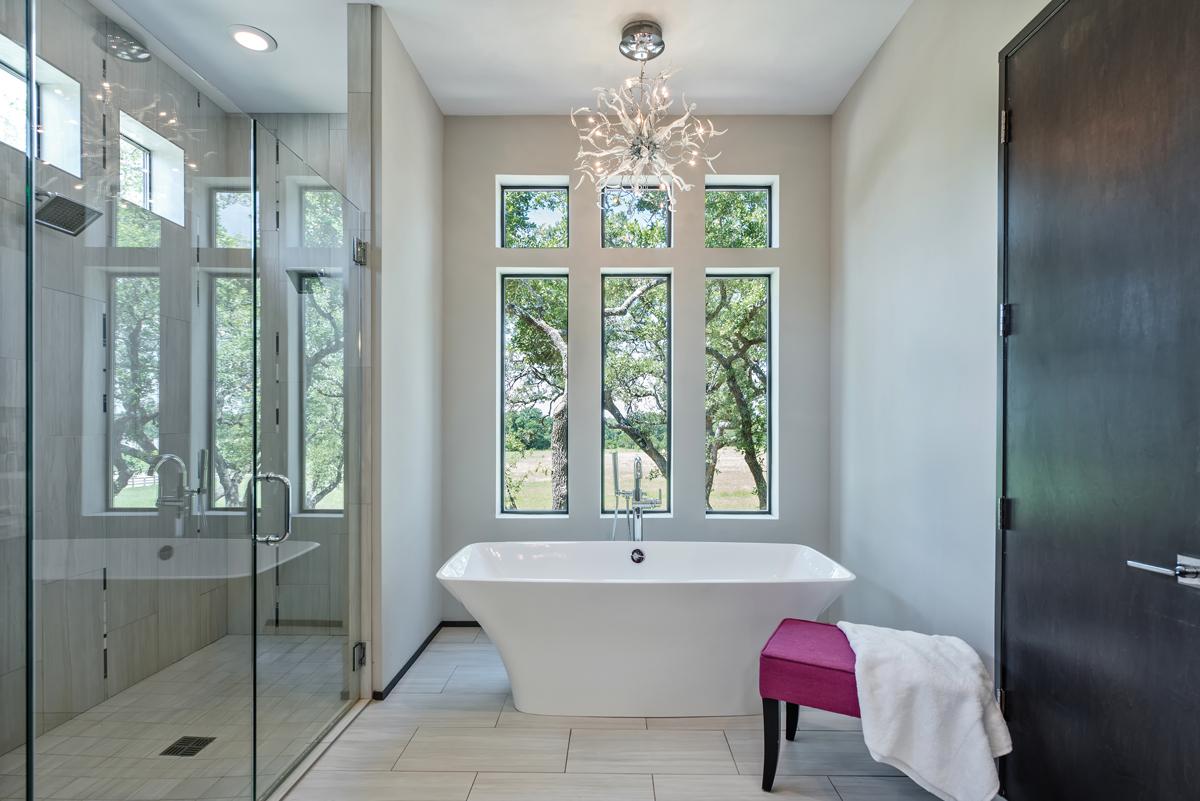 Cửa sổ kính hình vuông, hình chữ nhật là lựa chọn thích hợp với phòng tắm đặt bồn tắm đứng màu trắng. Cửa sổ giúp căn phòng có tầm nhìn đẹp, đón ánh sáng mặt trời.