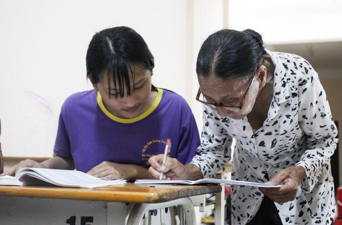 Yến Nhi quê ở Nam Định hiện đang ở với bà nội, ban ngày phụ bà buôn bán, tối đến lớp học tình thương. Nhi vẽ rất đẹp nhưng sau khi học xong lớp 5 ở lớp tình thương của cô Ba, có thể em sẽ không được đi học tiếp ở đâu nữa vì hoàn cảnh khó khăn. Ảnh: Diệp Phan.