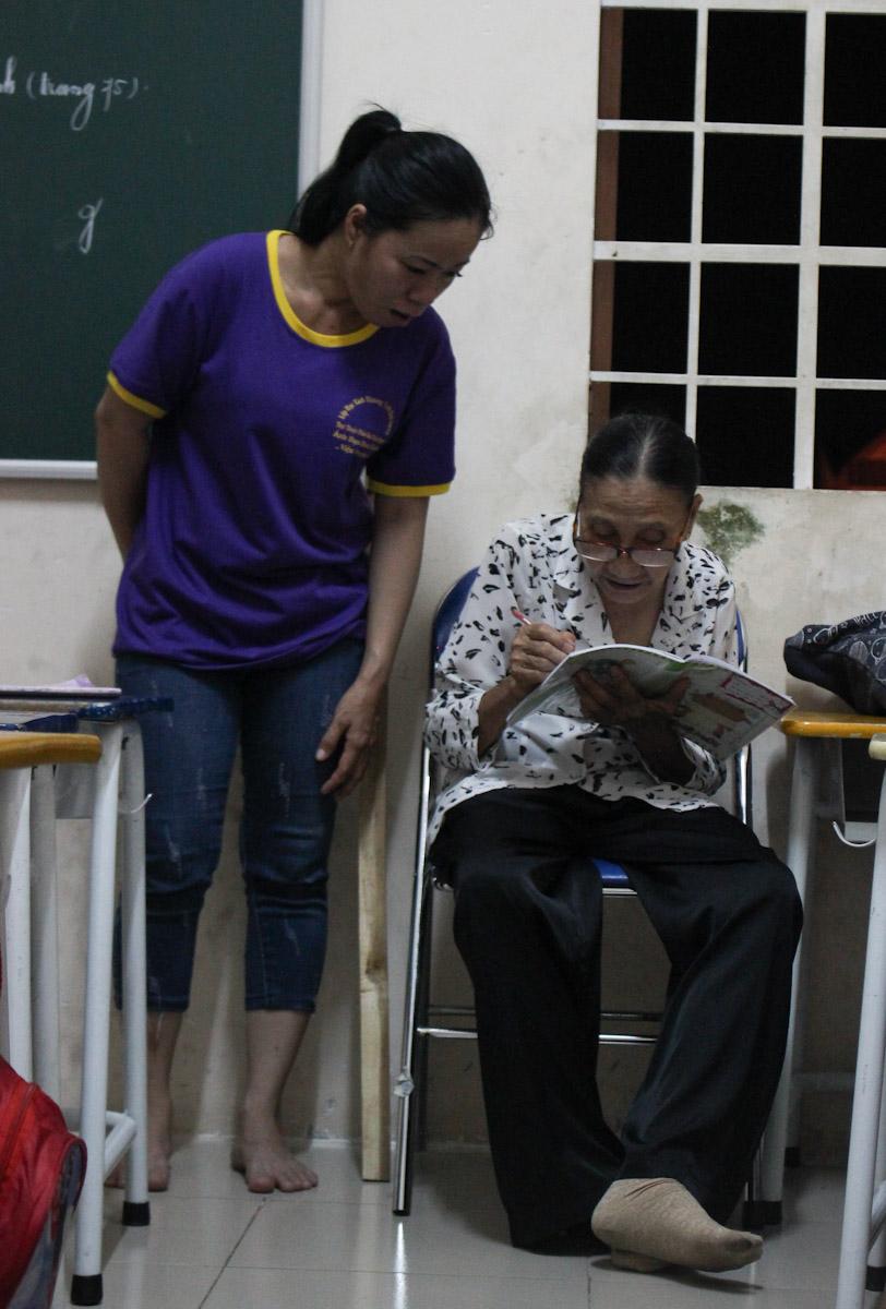 Chị Hạnh lúc trước học 2 năm lớp 1 ở lớp tình thương nhưng vẫn không nhớ mặt chữ và đọc được nhưng từ khi học với cô Ba, chị tiến bộ nhanh. Ảnh: Diệp Phan.