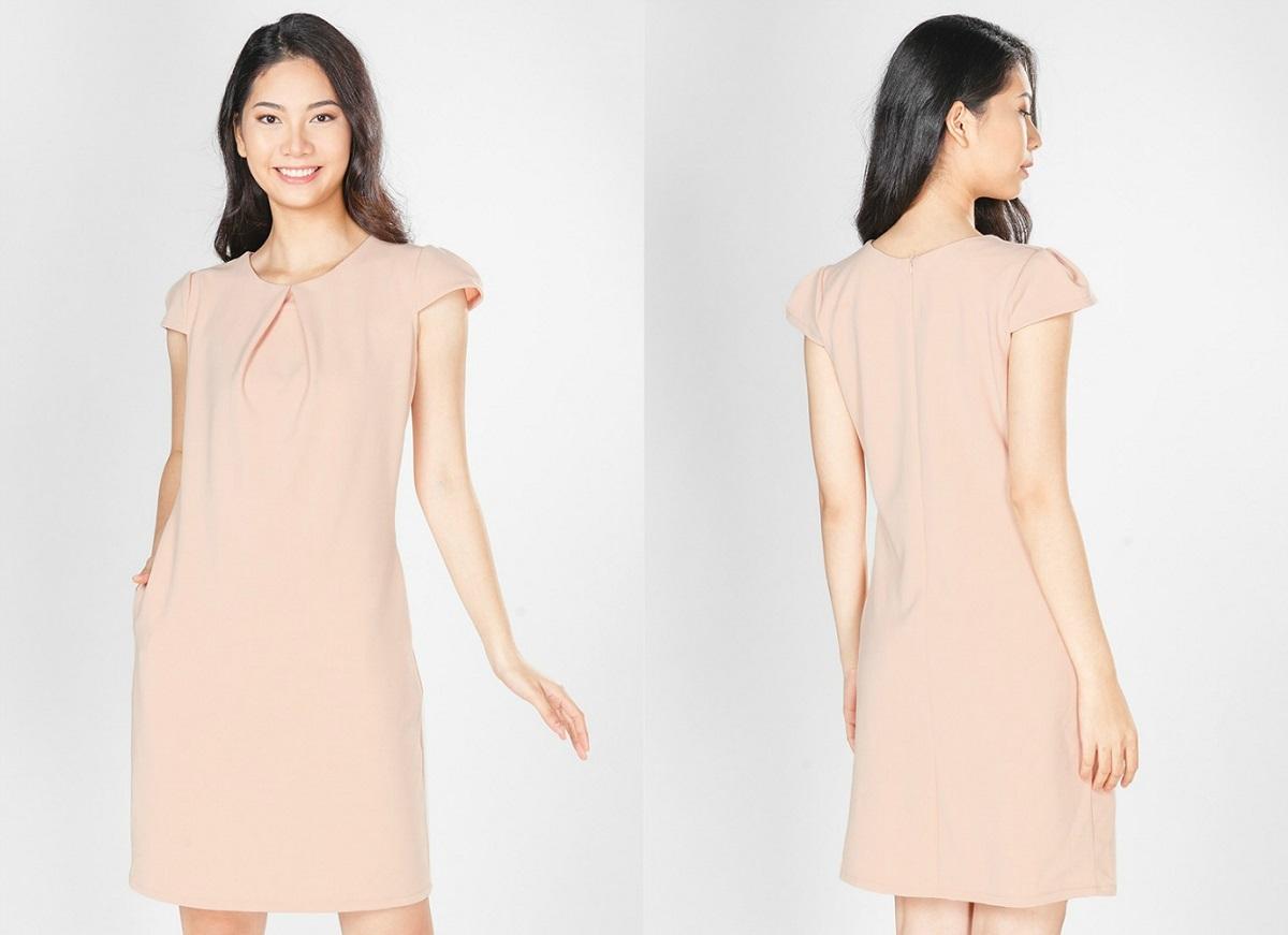Đầm dạ tiệc HK 623 có giá 213.000 đồng, giảm 50% so với giá gốc. Thiết kế đầm đơn giản, màu hồng nhạt tôn da. Dáng suông dễ mặc, hợp với nhiều dáng người, che khéo khuyết điểm eo kém thon thả.
