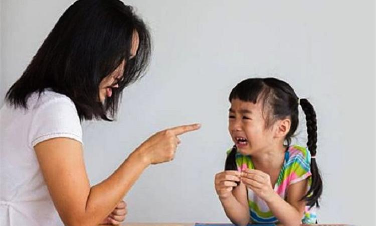 Nhiều bậc cha mẹ ở Trung Quốc truyền tai nhau câu nói: Nếu kiếp trước làm điều ác, kiếp này phải cùng trẻ làm bài tập về nhà.