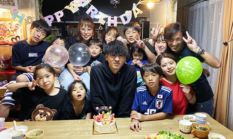 Đại gia đình 12 người con trong tiệc sinh nhật lần thứ 20 của cậu con trai cả Kanon.