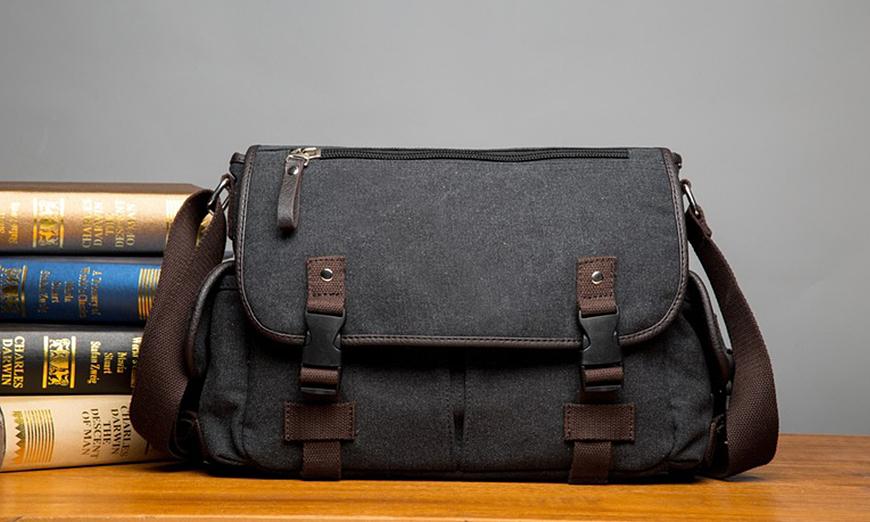Túi đeo chéo VN292 làm từ vải bố, thiết kế hai khóa cài, dây đeo vải mềm mại, có thể thay đổi độ dài. Túi gồm một ngăn chính, hai ngăn phụ bên trong, hai ngăn phụ bên ngoài và hai ngăn nhỏ phía sau nắp túi.