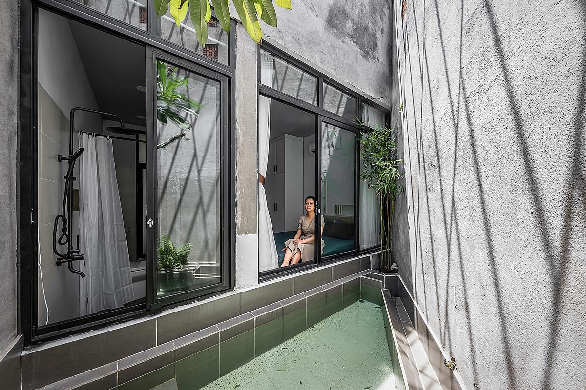 Phòng ngủ và toilet nhìn ra hồ nước ở sân sau. Ảnh: Ming Bui.